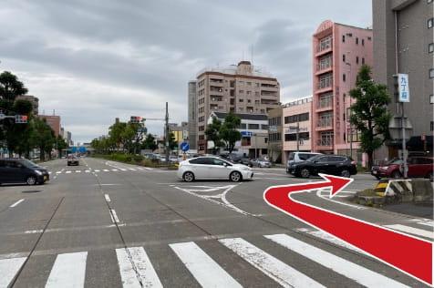 南方面より熱田神宮を右手に見ながら国道19号線を北に進み、九丁堀の交差点を右折します。