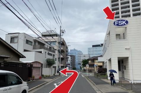 北に進み4本目の交差点(右手に青い「FSK」の看板がある建物が見えます)を左折し約200mで質屋鈴木金山北店があります。