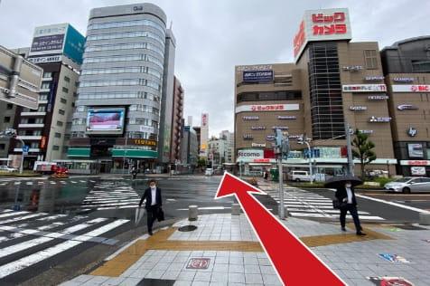 名古屋駅の新幹線口から西方向(正面にビックカメラ駅西店)に真っ直ぐ進みます。
