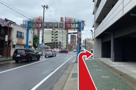 そのまま駅西銀座商店街を西に直進し、則武本通3の交差点(環状線)を渡らず右に曲がります。